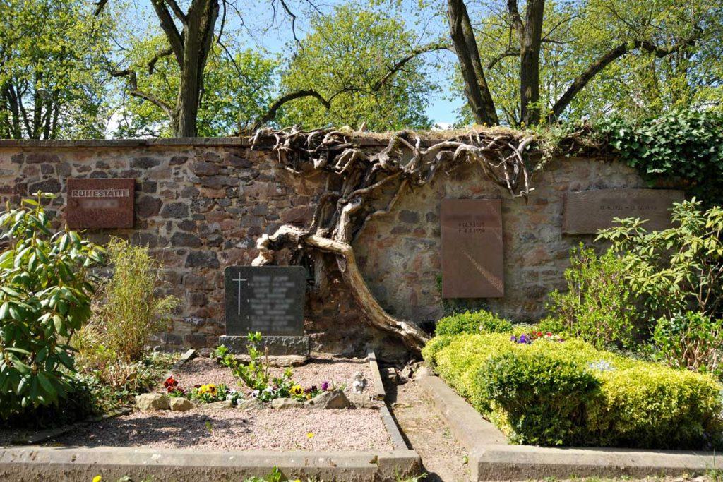Eine Möglichkeit der Bestattung ist die Erdbestattung oder Beerdigung - hier am alten Friedhof in Darmstadt