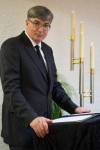 Fototermin im Hause Willenbücher: Stefan Gläsner als Trauerredner