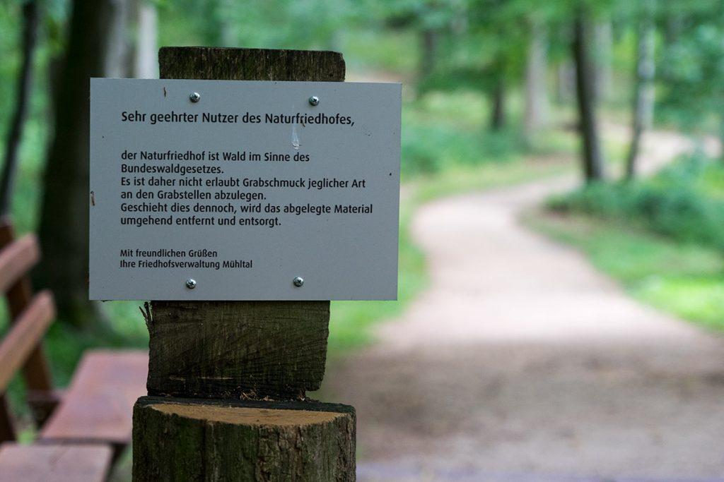 Hinweisschild Naturfriedhof