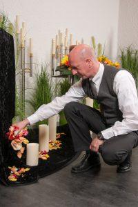 Fototermin im Hause Willenbücher: Frank dekoriert mit Blütenblättern